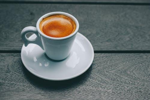 ahşap, ara, bir fincan kahve, cappuccino içeren Ücretsiz stok fotoğraf
