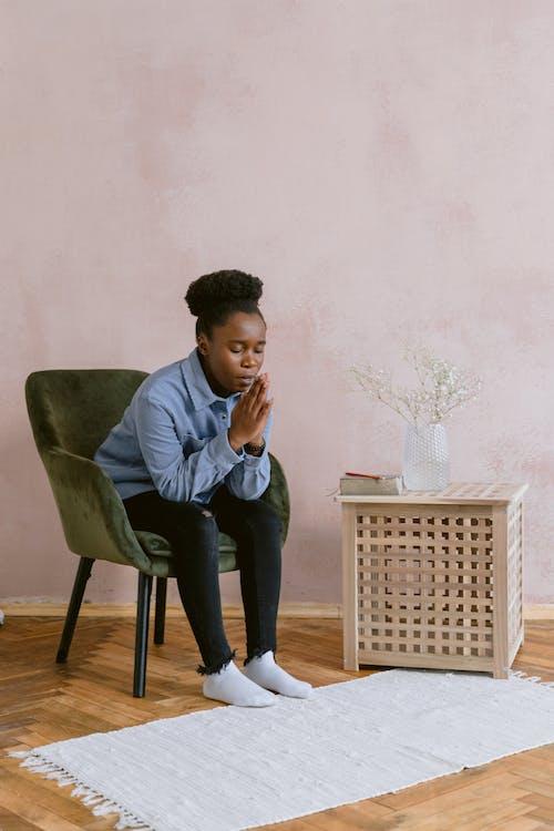 Foto profissional grátis de dentro de casa, interior, mulher afro-americana