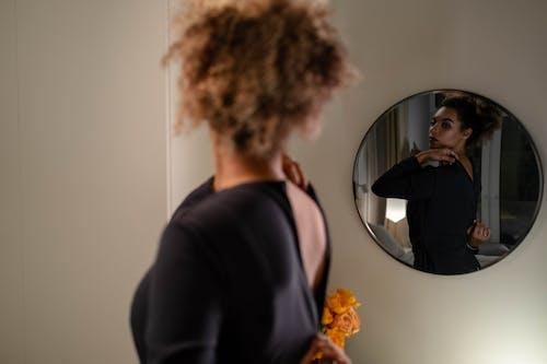 Gratis stockfoto met aan hebben, aantrekken van, Afro-Amerikaanse vrouw