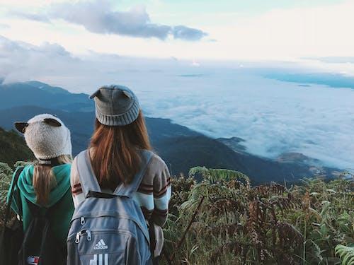 Безкоштовне стокове фото на тему «берет, гори, Денне світло, жінки»