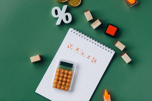 Immagine gratuita di calcolatrice, evidenziatore, firma