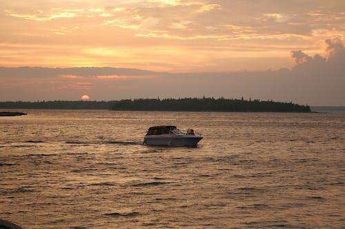 Gratis stockfoto met boot, kust, schip, zonsondergang