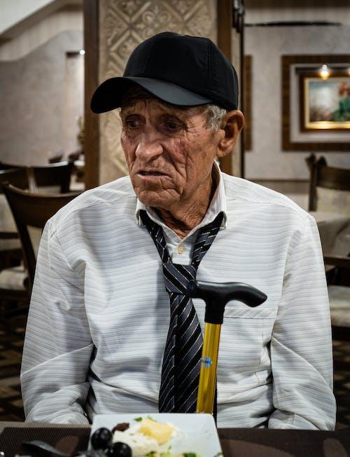 Kostenloses Stock Foto zu älterer herr, kappe, krawatte