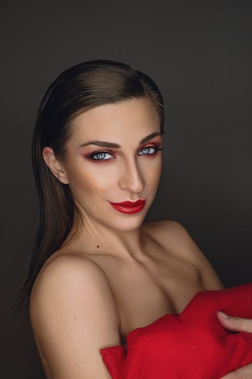 Foto profissional grátis de atraente, batom, batom vermelho