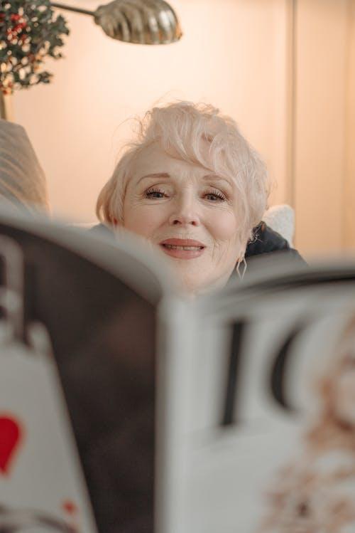 คลังภาพถ่ายฟรี ของ การมอง, นิตยสาร, ผมขาว