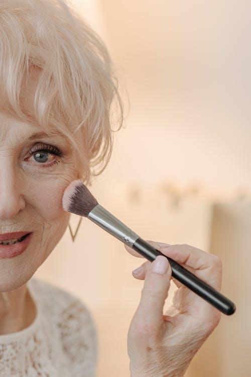 Fotos de stock gratuitas de anciano, brocha de maquillaje, de cerca