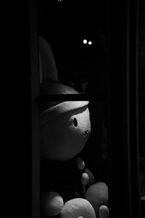 Ilmainen kuvapankkikuva tunnisteilla aavemainen, lelu, musta tausta, mustavalkoinen