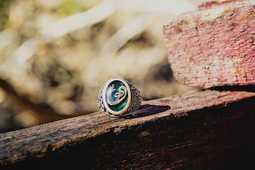 銀色vav戒指的選擇性聚焦照片