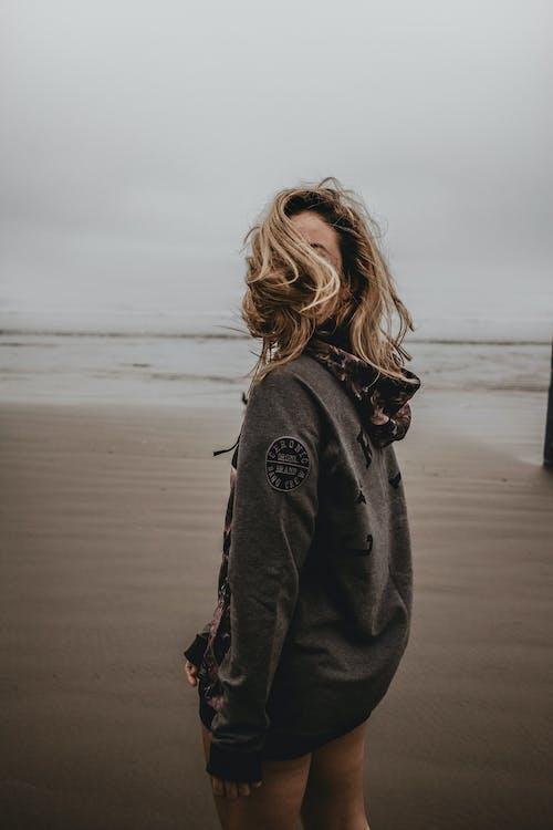 Бесплатное стоковое фото с берег, вертикальный выстрел, женщина