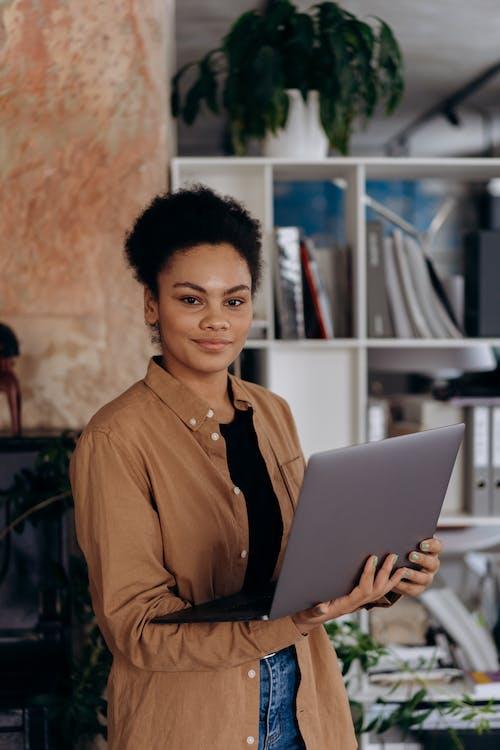 Бесплатное стоковое фото с афро-американец, в помещении, вертикальное видео