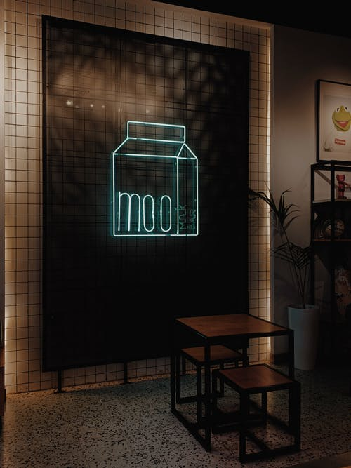 Бесплатное стоковое фото с в помещении, вертикальный, вывеска