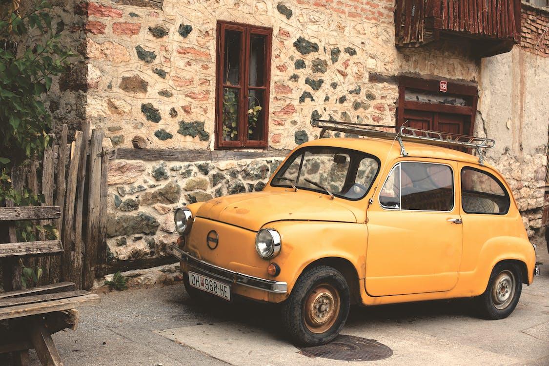 bil, gammel liten bil, gul bil
