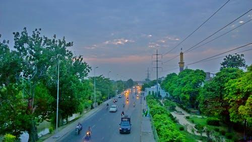 Fotobanka sbezplatnými fotkami na tému cesta, krajina, stromy, výhľad na mesto