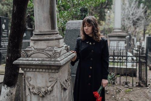 Foto profissional grátis de casaco preto, cemitério, cova