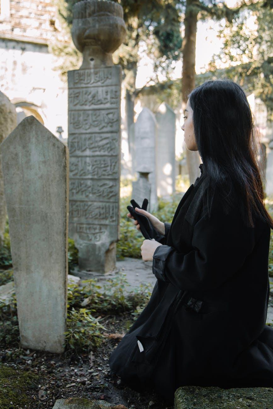 Une femme dans un cimetière.   Photo : Pexel