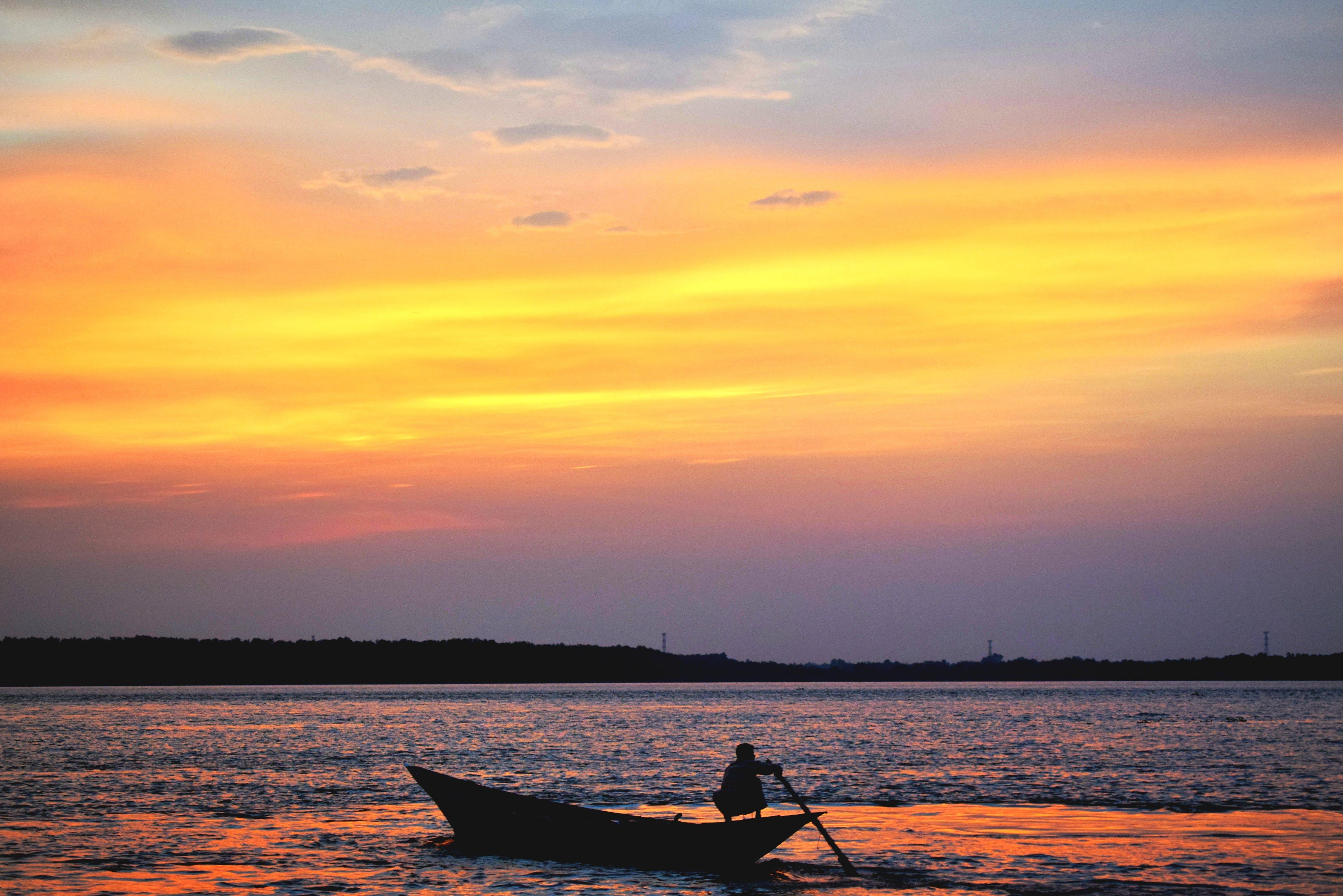 Foto profissional grátis de água, alvorecer, barco, cênico