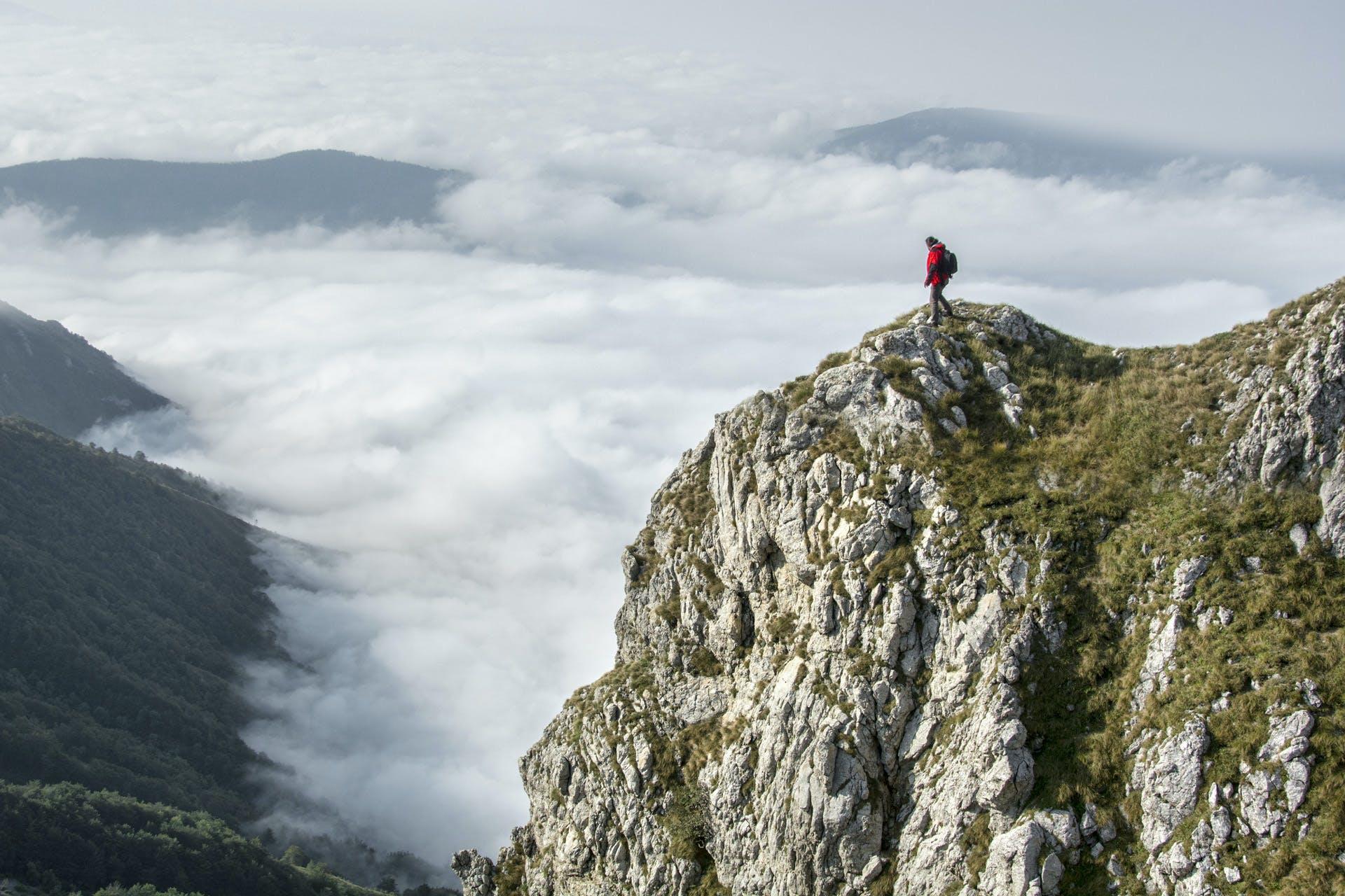ağaçlar, bulutlar, çim, dağ doruğu içeren Ücretsiz stok fotoğraf