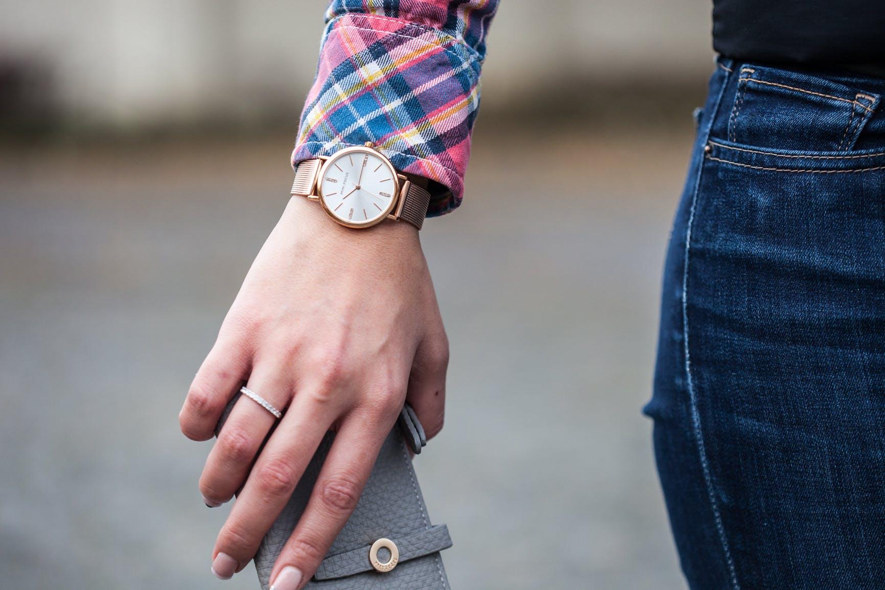 Kostenloses Stock Foto zu armbanduhr, damenmode, denim, fashion