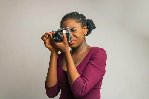 Darmowe zdjęcie z galerii z afroamerykanin, aparat cyfrowy, czarna kobieta