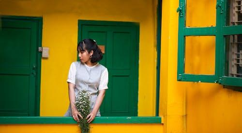 คลังภาพถ่ายฟรี ของ คน, จับ, ดอกไม้, ทางเข้าประตู