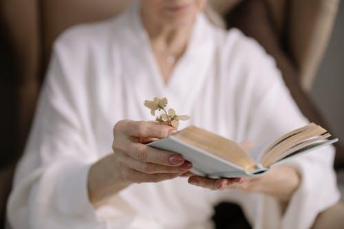 Fotobanka sbezplatnými fotkami na tému čítanie, detailný záber, držanie