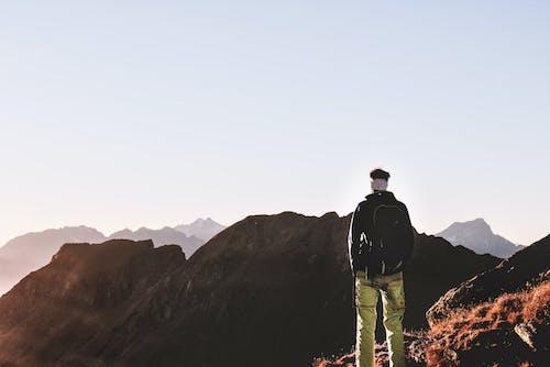Fotos de stock gratuitas de alpinista, alto, césped, cielo