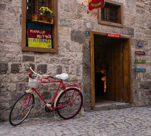 Δωρεάν στοκ φωτογραφιών με δρόμος, ιστορικό κτήριο, πέτρα, ποδήλατο
