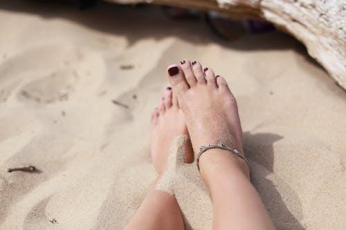 Kostenloses Stock Foto zu accessoire, füße, fußring, sand