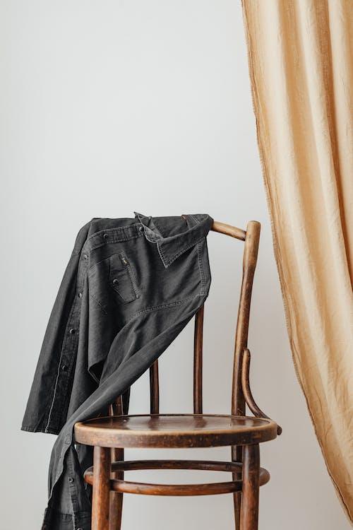 ahşap iskemle, ahşap koltuk, Antik içeren Ücretsiz stok fotoğraf