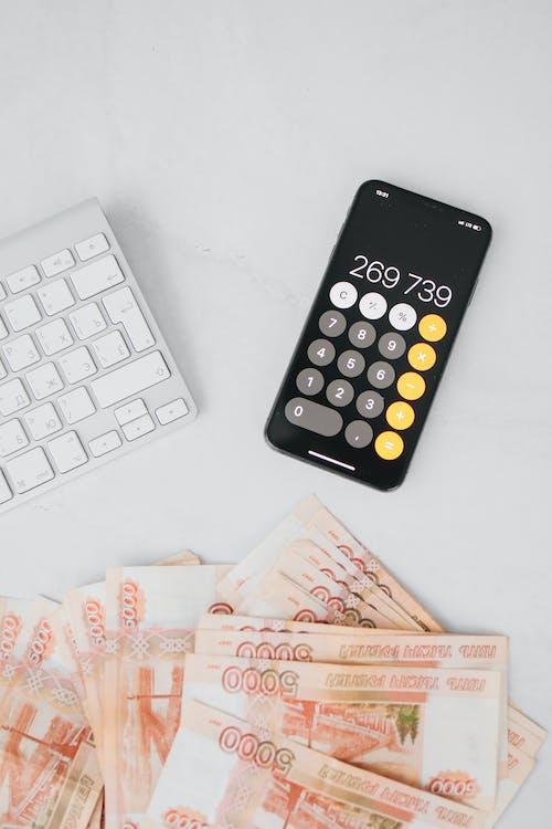 Foto profissional grátis de calculadora, cédulas, celular