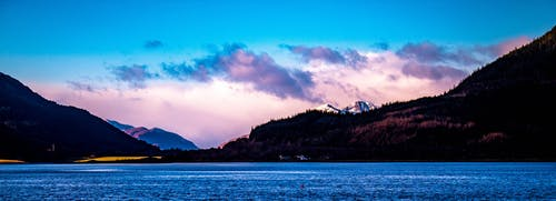 ağaçlar, bulutlar, dağlar, deniz kıyısı içeren Ücretsiz stok fotoğraf