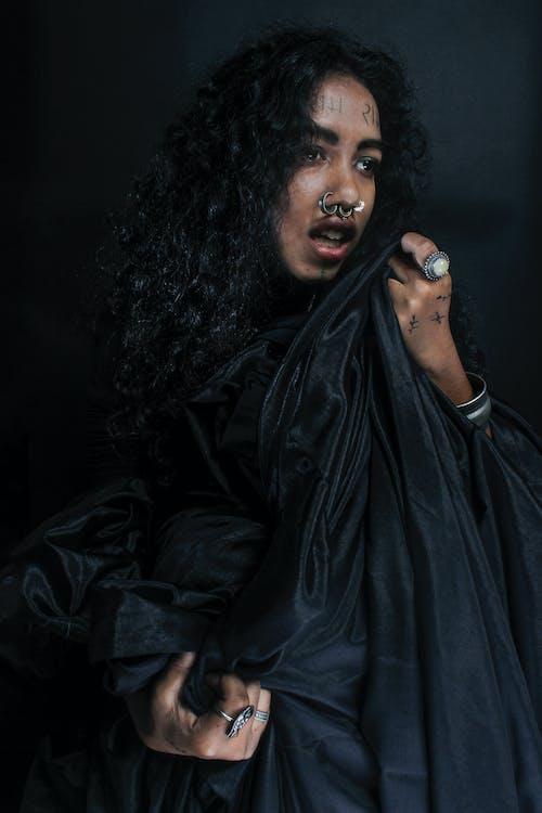 Darmowe zdjęcie z galerii z akcesoria, czarny, kobieta, kolczyk w nosie
