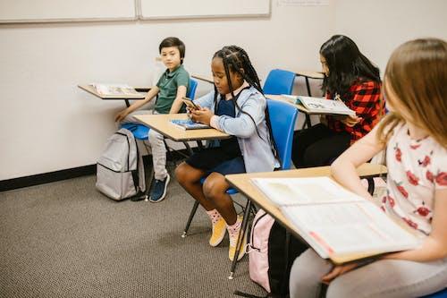 Foto profissional grátis de acabar com o bullying, alunos, anti-bullying