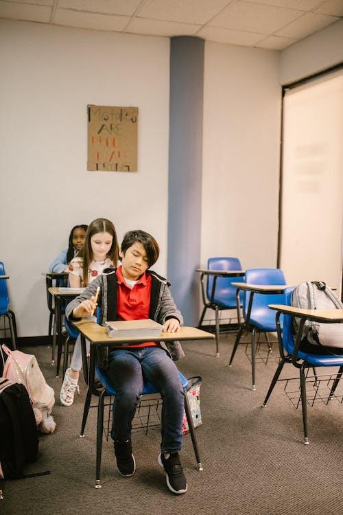 Fotobanka sbezplatnými fotkami na tému ázijské dieťa šikanovanie, bojovať proti šikanovaniu, buď milý