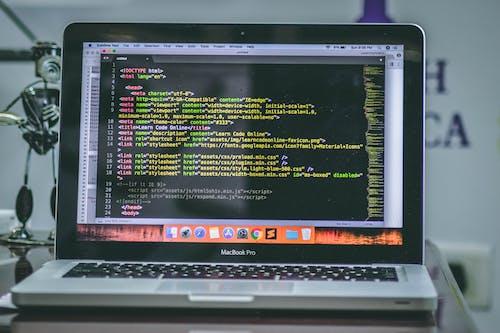 Безкоштовне стокове фото на тему «HTML, MacBook Air, macbook pro, кодування»