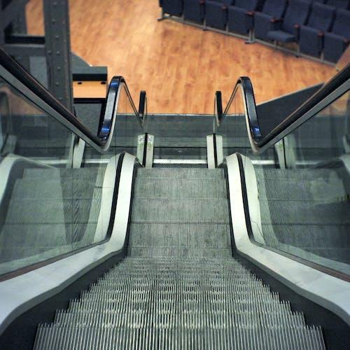 Δωρεάν στοκ φωτογραφιών με κατάβαση, κάτω, κυλιόμενες σκάλες, κυλιόμενη σκάλα