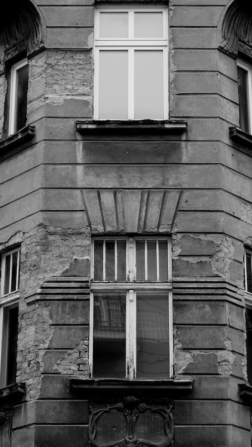 Δωρεάν στοκ φωτογραφιών με kamienica, ασπρόμαυρο, κατεστραμμένος, παλαιά πόλη