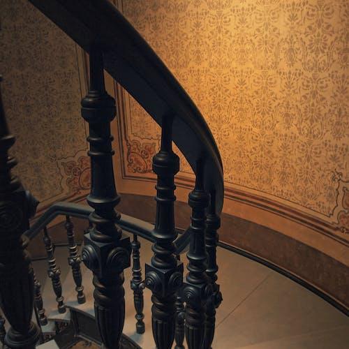 Бесплатное стоковое фото с вниз по лестнице, лестница, ретро