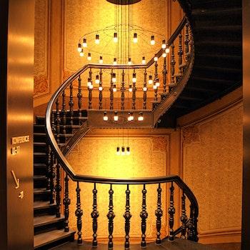 Kostenloses Stock Foto zu holz, beleuchtung, hotel, schritte