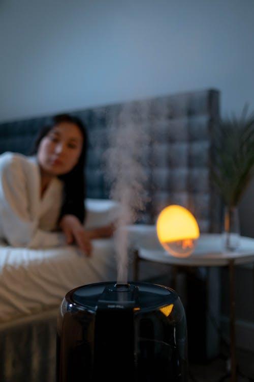 คลังภาพถ่ายฟรี ของ ชุดนอน, นอนลง, ผ้าปูที่นอนสีขาว