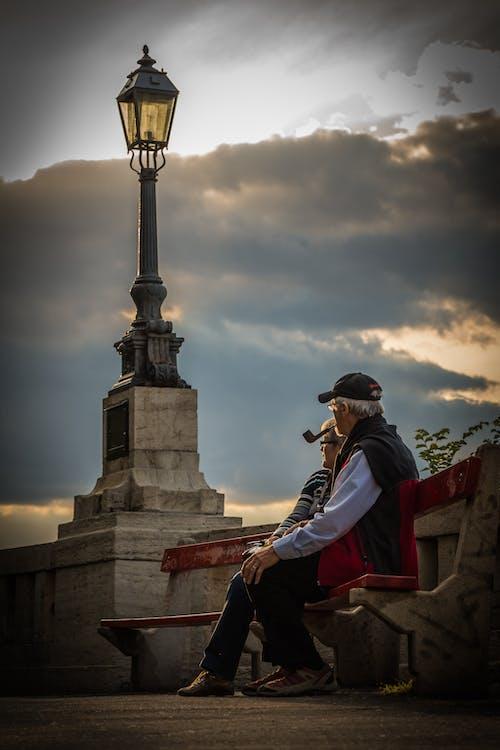一對, 坐, 多雲的, 日落 的 免费素材照片