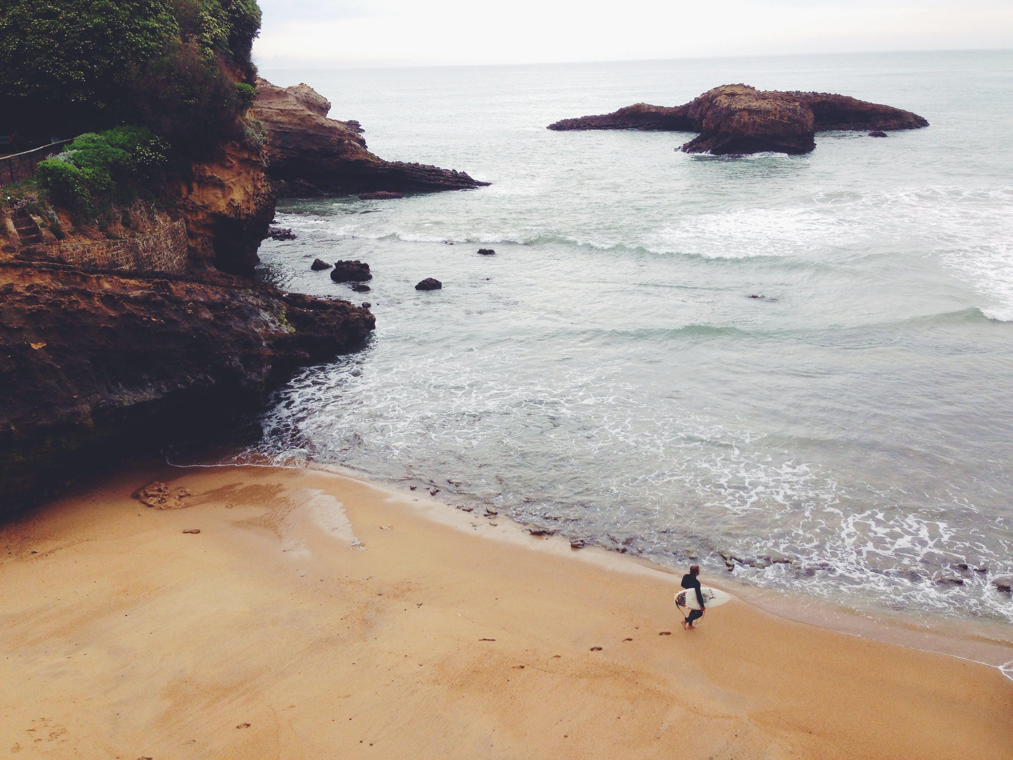 deniz, deniz kıyısı, plaj, sörfçü içeren Ücretsiz stok fotoğraf