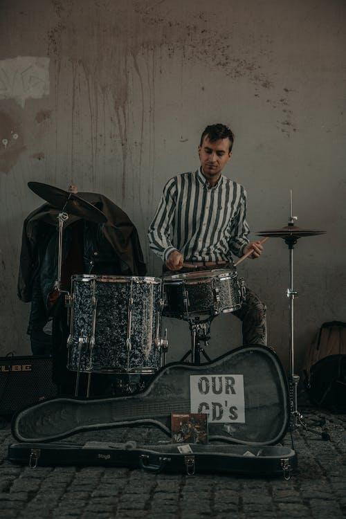 Бесплатное стоковое фото с артист, барабан, барабанная палочка