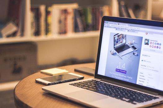 Kostenloses Stock Foto zu smartphone, schreibtisch, laptop, macbook pro