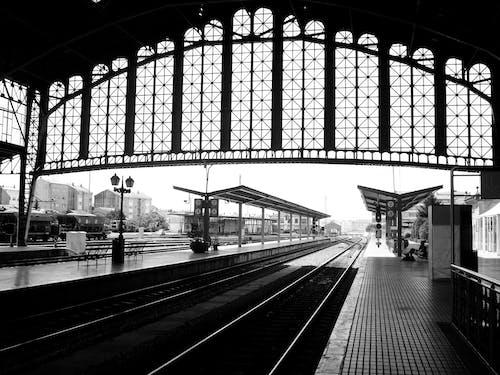 Immagine gratuita di città in bianco e nero, spazio vuoto, stazione