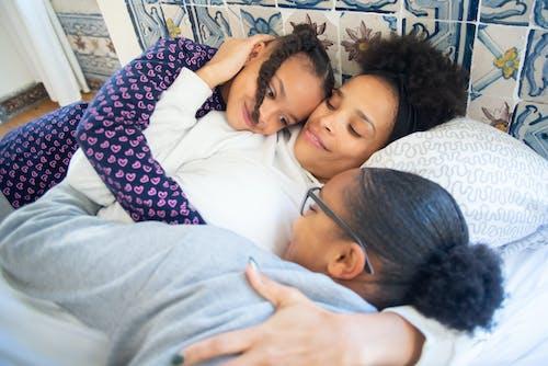 Gratis stockfoto met affectie, Afro-Amerikaanse mensen, dochters
