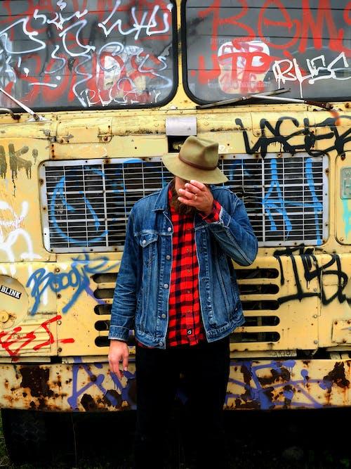 Gratis lagerfoto af flannel, fyr, graffiti, hat