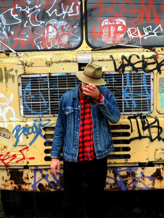 adam, ceket, duvar yazısı içeren Ücretsiz stok fotoğraf