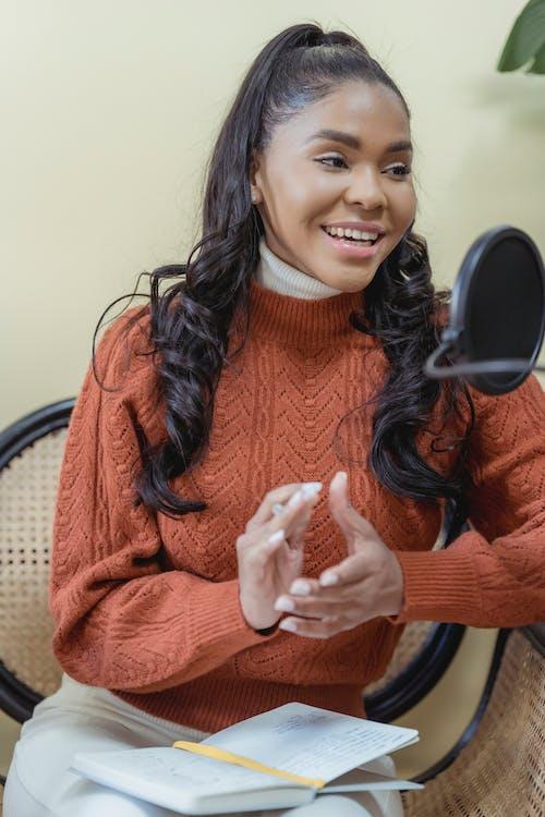 Gratis stockfoto met Afro-Amerikaanse vrouw, afstemmen, album