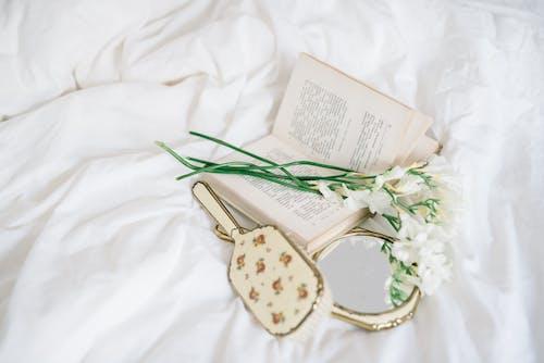 Бесплатное стоковое фото с белое постельное белье, бумага, в помещении
